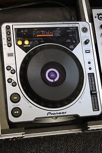2 Pioneer CDJ 800 DJ Turntables