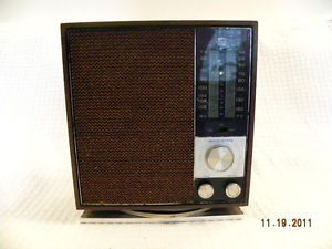 Vintage RCA Solid State Table Radio with Walnut Finish