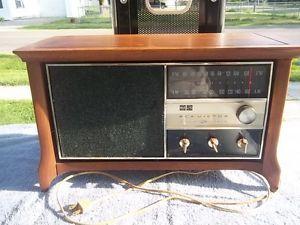 Vintage RCA Victor Solid State Radio Model RHC41W Walnut